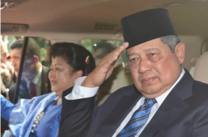 Susilo Bambang Yudhoyono (R) salutes as he leaves the presidential palace after a military ceremony for incoming President Joko Widodo at the presidential palace in Jakarta on October 20, 2014. Photo: AFP/Adek Berry/Pool