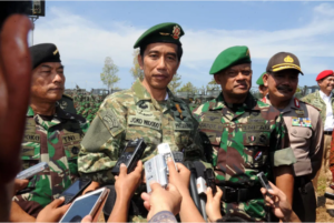 Indonesian President Joko Widodo (C), accompanied by General Moeldoko (L) and General Gatot Nurmantyo during the inauguration of an Indonesian army military exercise in Baturaja, southern Sumatra island in 2016. Photo: AFP/Presidential Palace/Rusman